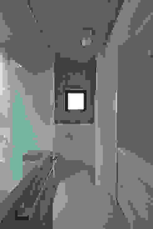 ハナミズキ通りの家 モダンスタイルの お風呂 の 岩瀬アトリエ建築設計事務所 有限会社 モダン
