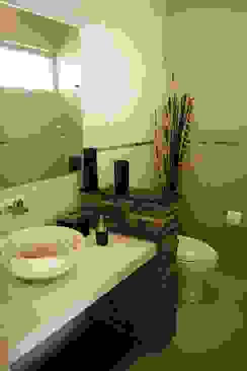 BAÑO VISITAS: Baños de estilo  por GHT EcoArquitectos, Minimalista