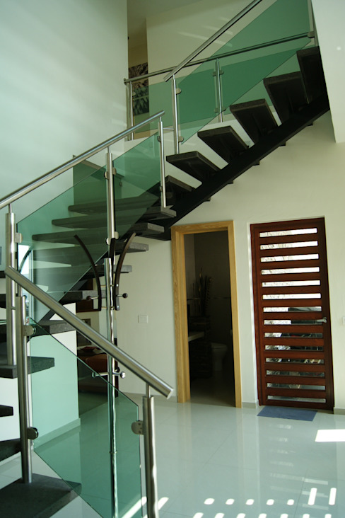 ESCALERAS : Pasillos y recibidores de estilo  por GHT EcoArquitectos, Minimalista