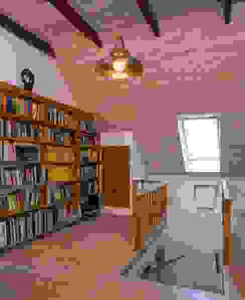 Dom w Hornówku (dom własny) Wiejski korytarz, przedpokój i schody od BM-Architekci Wiejski