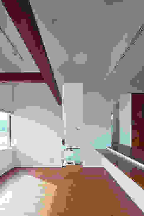 居間より台所を見る オリジナルデザインの リビング の 株式会社 mA建築計画工房 オリジナル