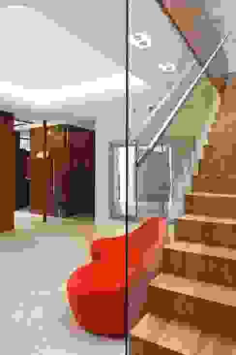 Couloir et hall d'entrée de style  par Zbigniew Tomaszczyk  Decorum Architekci Sp z o.o., Moderne