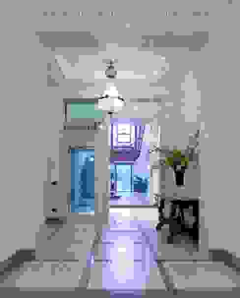 ingresso condominiale archbcstudio Ingresso, Corridoio & Scale in stile moderno