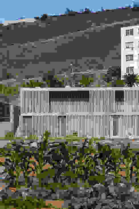 CENTRO DOTACIONAL EL LASSO Pasillos, vestíbulos y escaleras de estilo moderno de ROMERA Y RUIZ ARQUITECTOS Moderno