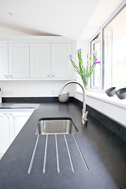 Honed black granite homify Cocinas de estilo moderno