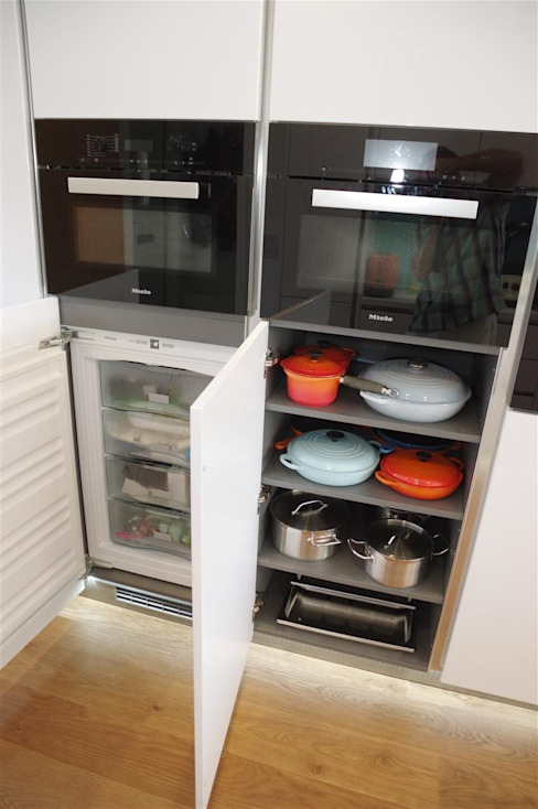 Handle less Polar white Glamour 모던스타일 주방 by PTC Kitchens 모던
