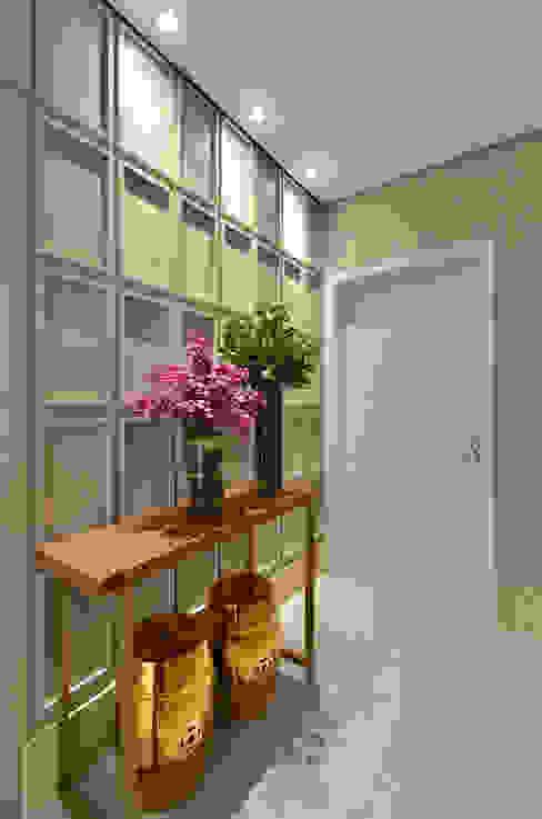 Hall S R: Salas de estar  por Redecker + Sperb arquitetura e decoração