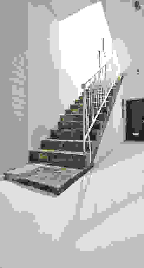 インダストリアルな 玄関&廊下&階段 の SzturArchitekten GmbH インダストリアル