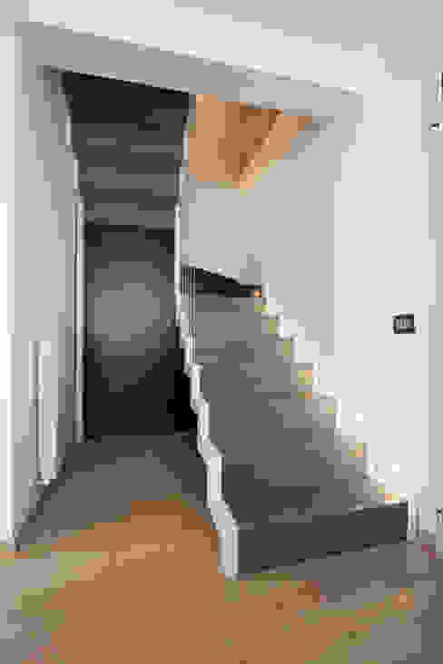 Pasillos, vestíbulos y escaleras de estilo moderno de Laboratorio di Progettazione Claudio Criscione Design Moderno