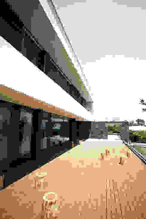 Stone Wall House  제주 돌담집: HBA-rchitects의  베란다,모던