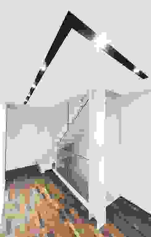 BALLATOIO Ingresso, Corridoio & Scale in stile moderno di Andrea Stortoni Architetto Moderno