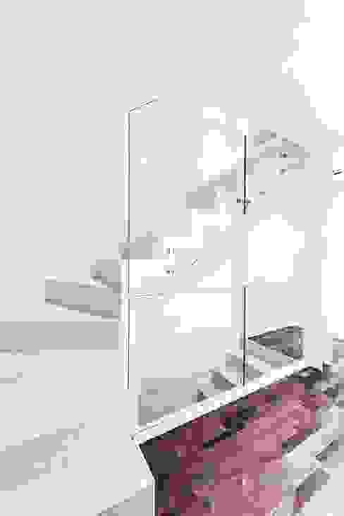 Modern corridor, hallway & stairs by Andrea Stortoni Architetto Modern