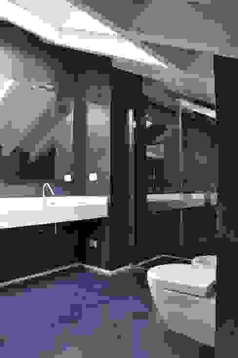 Ristrutturazione ed interior design sottotetto Bagno moderno di F_Studio+ dell'Arch. Davide Friso Moderno