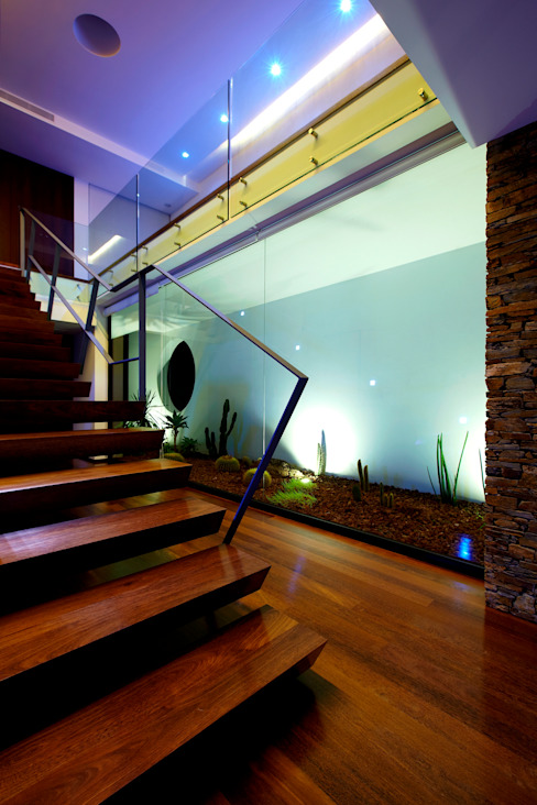 Augusta House Minimalistyczny korytarz, przedpokój i schody od Risco Singular - Arquitectura Lda Minimalistyczny