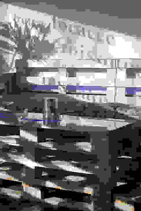 Detail with pallets de BRENSO Architecture & Design Ecléctico