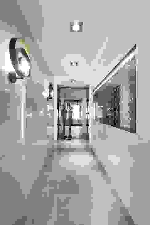 LIVE - Restaurante e SPA Showroom LoveTiles: Corredores e halls de entrada  por Ana Rita Soares- Design de Interiores,Moderno