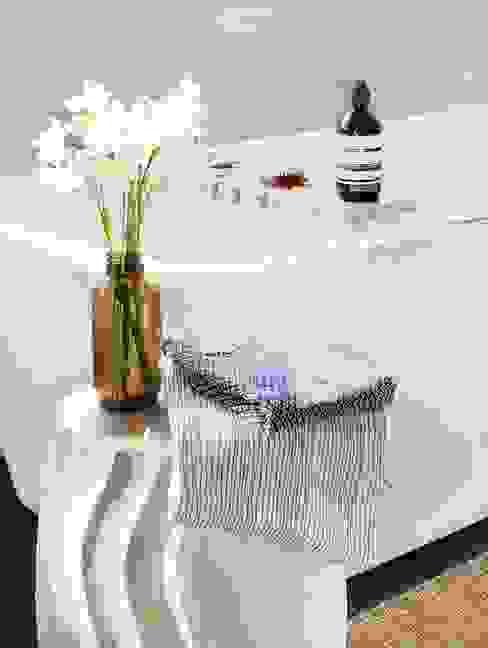 Baño con toallas japonesas y accesorios de madera y cristal ChicDeco Baños de estilo moderno