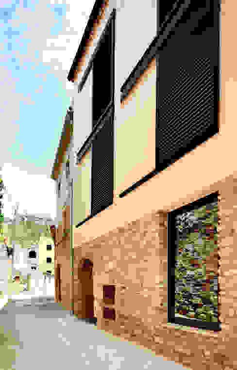 VIVIENDA CON UNA SOLA FACHADA Y TRES MEDIANERAS Casas de estilo moderno de M2ARQUITECTURA Moderno