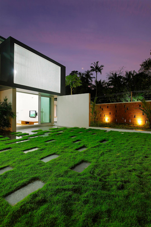 The Running Wall Residence Houses by LIJO.RENY.architects
