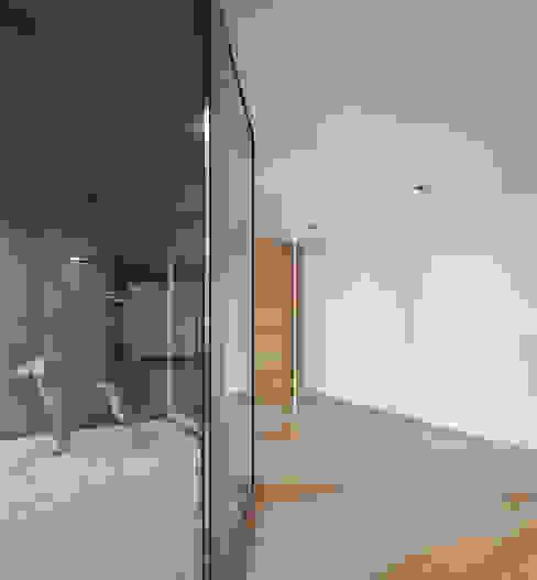 XIEIRA HOUSE II Koridor & Tangga Modern Oleh A2+ ARQUITECTOS Modern