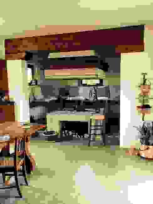 IL FOCOLARE Sala da pranzo in stile rustico di ds | design in scena | Rustico