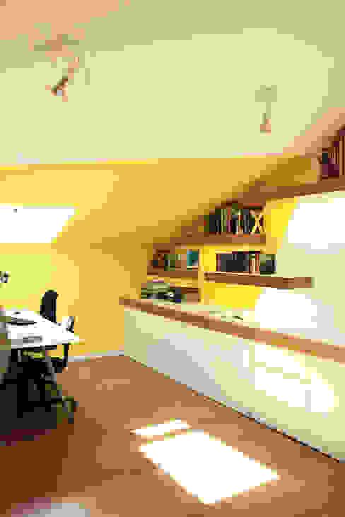 Estudio, lavandería y baño abohardiallados en Binéfar Estudios y despachos de estilo escandinavo de ALBERT SALVIA dissenyador d'interiors Escandinavo
