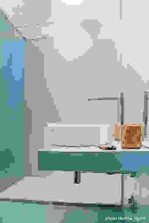 Minimalist style bathroom by moovdesign Minimalist