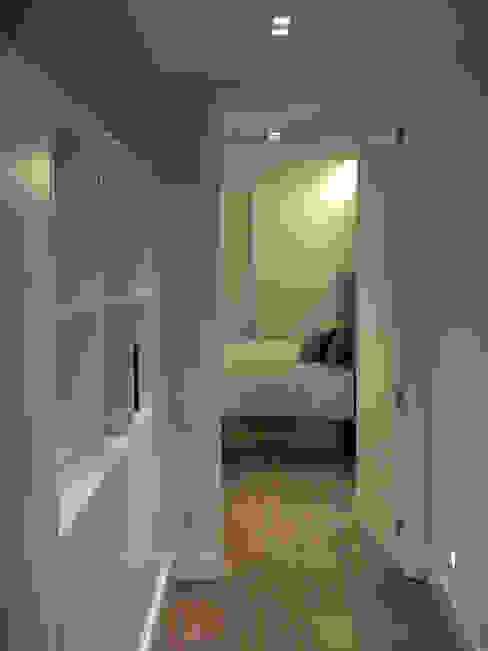 distribuidor biblioteca / acceso a dormitorio principal de Javier Sol Moderno