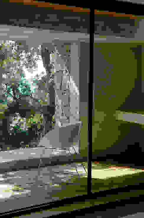 Salas de estar mediterrânicas por Vezzoni Associés Mediterrânico