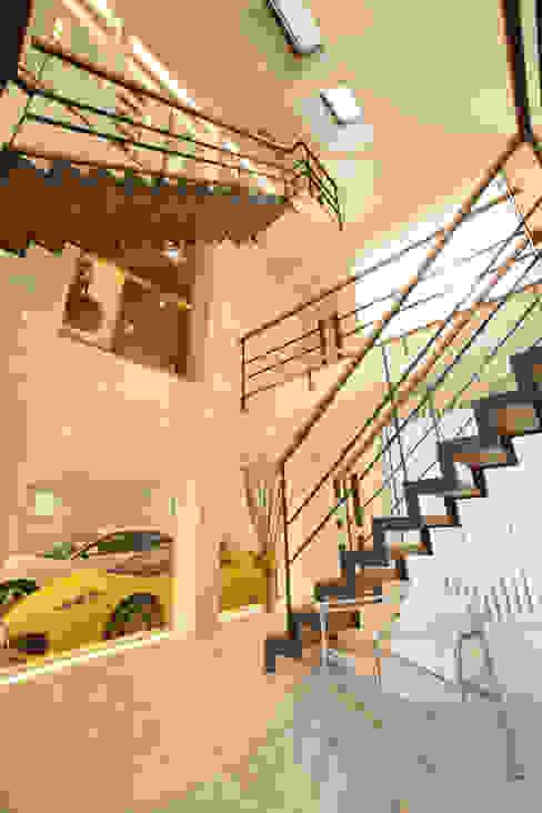 玄関から愛車をのぞむ: TERAJIMA ARCHITECTSが手掛けた廊下 & 玄関です。,モダン