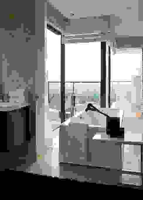 House Lam Modern bathroom by Nico Van Der Meulen Architects Modern