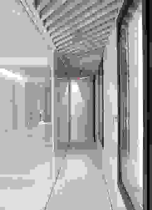 Orfila_Ducha Pasillos, vestíbulos y escaleras de estilo moderno de Schneider Colao design Moderno