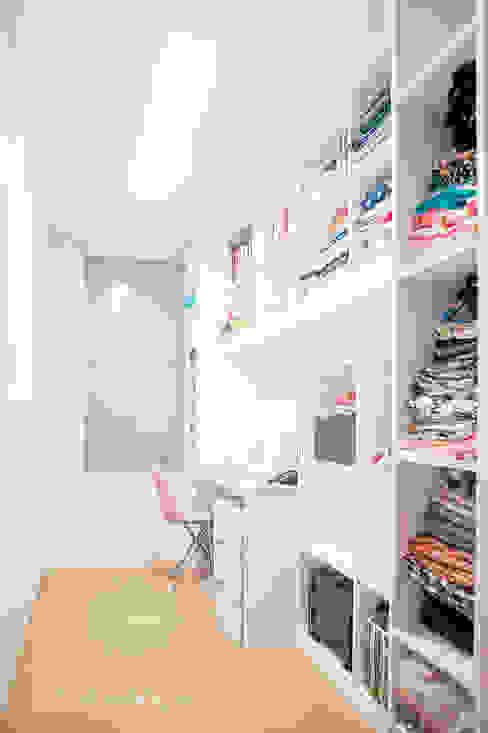 세아이들이 뛰어노는 유니크한 다락방과 다섯식구를 위한 보금자리: 퍼스트애비뉴의  드레스 룸,모던