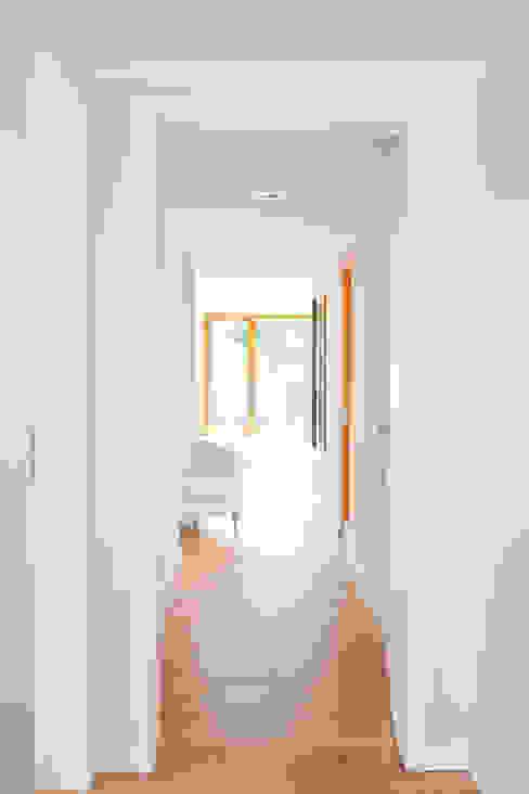 Moderne gangen, hallen & trappenhuizen van in_design architektur Modern