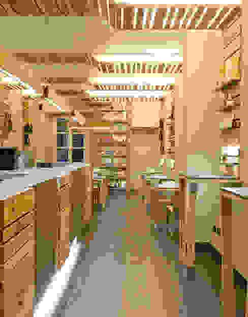 La Strega Bar: Gastronomia in stile  di llabb, Scandinavo Legno Effetto legno