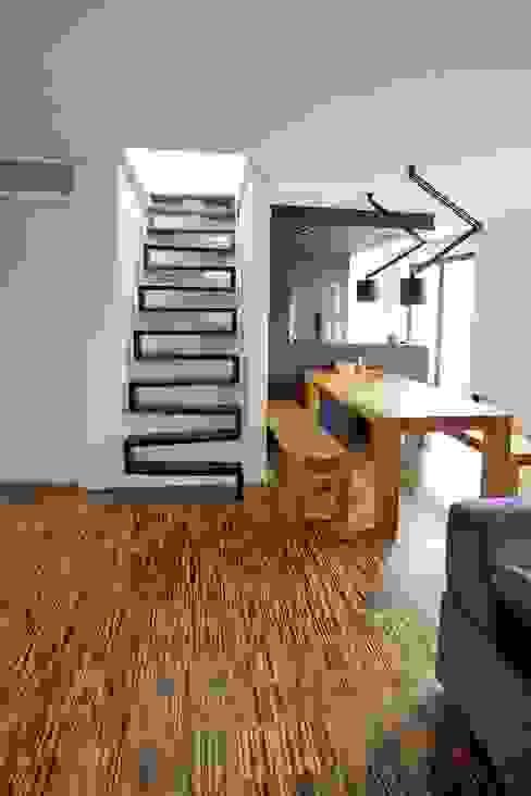 Nowoczesny korytarz, przedpokój i schody od lifestyle-treppen.de Nowoczesny