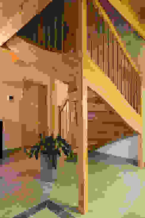 Прихожая, коридор и лестницы в . Автор – BayernBlock - HultaHaus,