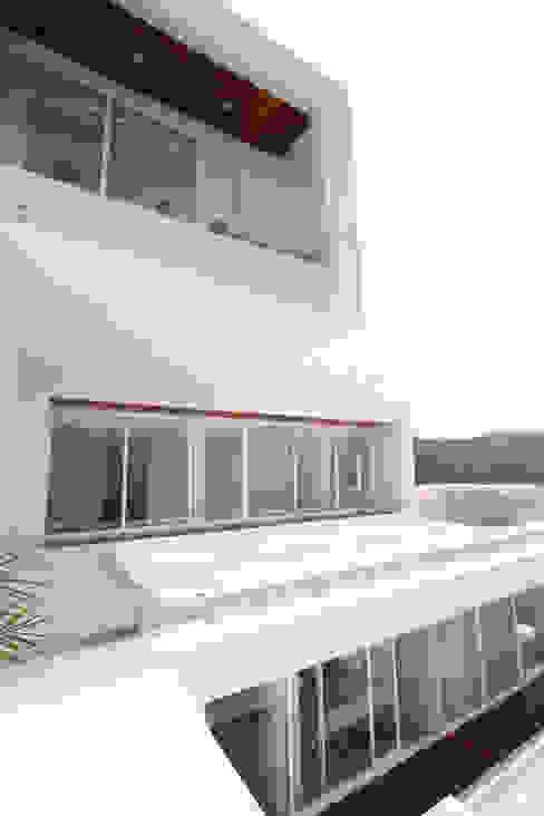Casa blanca Casas modernas de BNKR Arquitectura Moderno