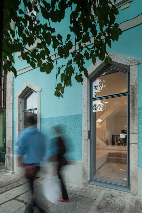 The Three Cusps Chalet Eclectic style windows & doors by Tiago do Vale Arquitectos Eclectic