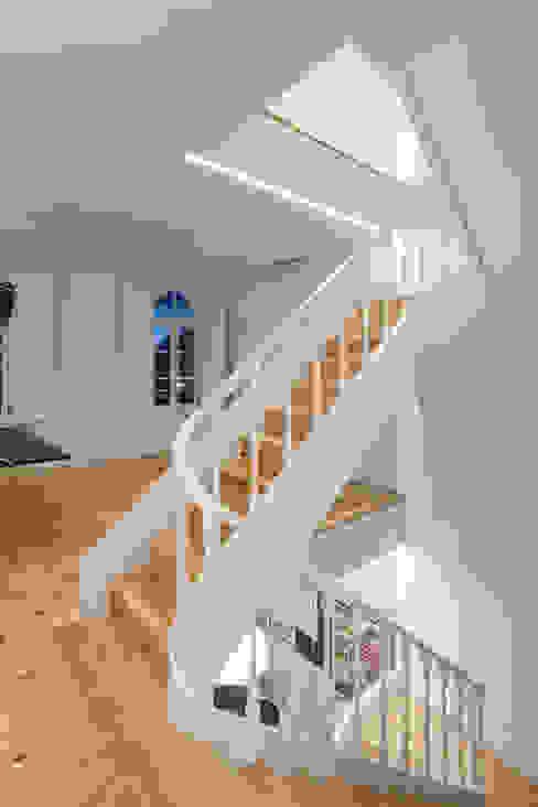 Chalé das Três Esquinas Corredores, halls e escadas ecléticos por Tiago do Vale Arquitectos Eclético