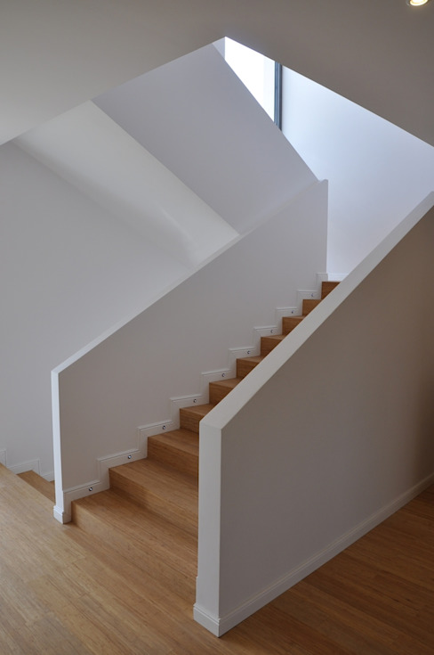 Pasillos, vestíbulos y escaleras de estilo moderno de Pracownia Projektowa Ola Fredowicz Moderno