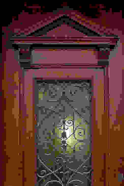 Окна и двери в классическом стиле от Herzog-Architektur Классический