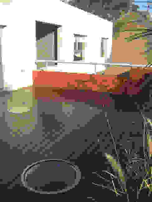 CASA RC Balcones y terrazas modernos: Ideas, imágenes y decoración de ESTUDIO GEYA Moderno