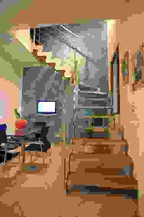 Realizzazioni: Ingresso & Corridoio in stile  di Tecnoscale , Moderno