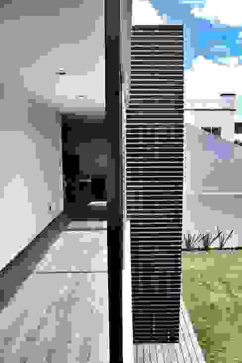 Casa Jurica REM Arquitectos Pasillos, vestíbulos y escaleras modernos
