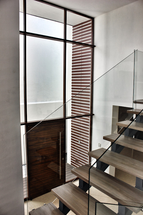Nowoczesny korytarz, przedpokój i schody od REM Arquitectos Nowoczesny