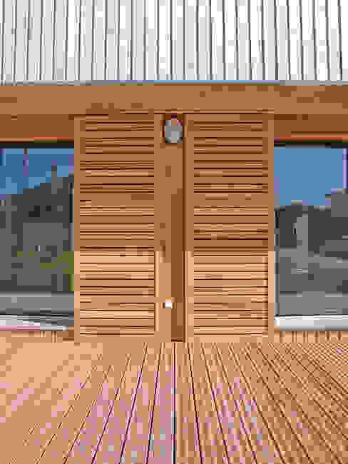 Volets coulissants en façade sud (détail) Maisons modernes par ABA - Architecture Bioclimatique Auvergne Moderne