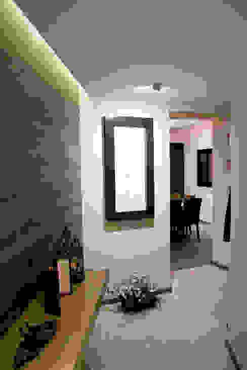 Hacienda del Ciervo Pasillos, vestíbulos y escaleras modernos de REM Arquitectos Moderno