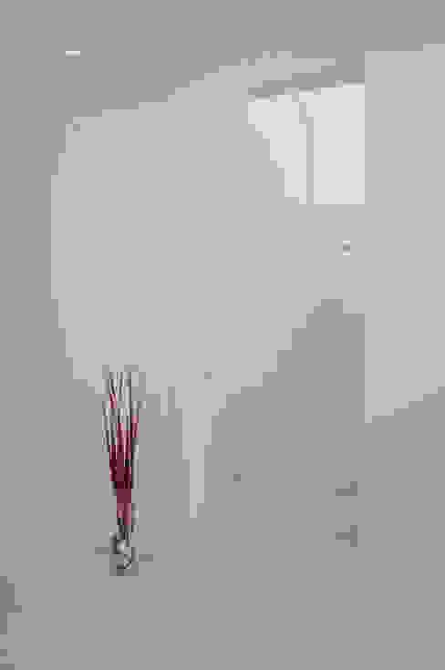 Nowoczesny korytarz, przedpokój i schody od VALERI.ZOIA Architetti Associati Nowoczesny