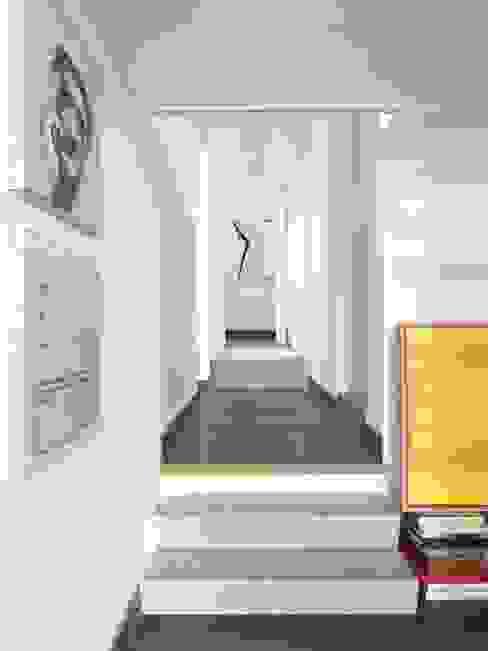CASA AL GIANICOLO Ingresso, Corridoio & Scale in stile moderno di na3 - studio di architettura Moderno Legno Effetto legno